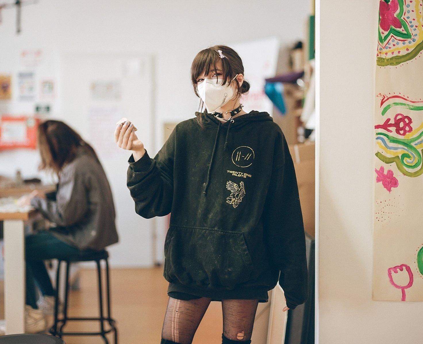 Teilnehmerin AusbildungsFit sprungbrett_girls* in der Konstruktionswerkstatt