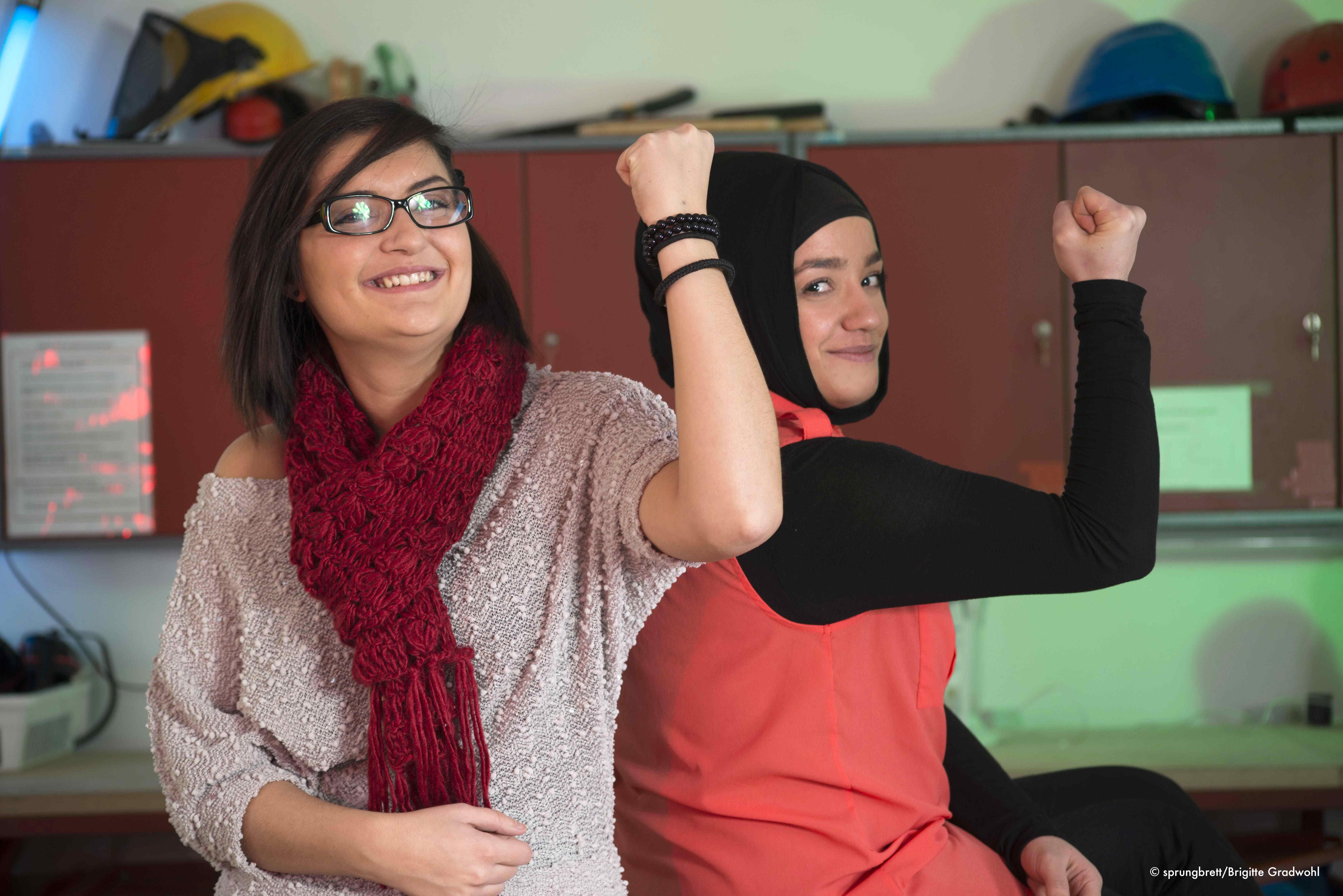 Dieses Foto zeigt 2 starke Mädchen in der sprungbrett Werkstatt - volle Mädchen-Power!