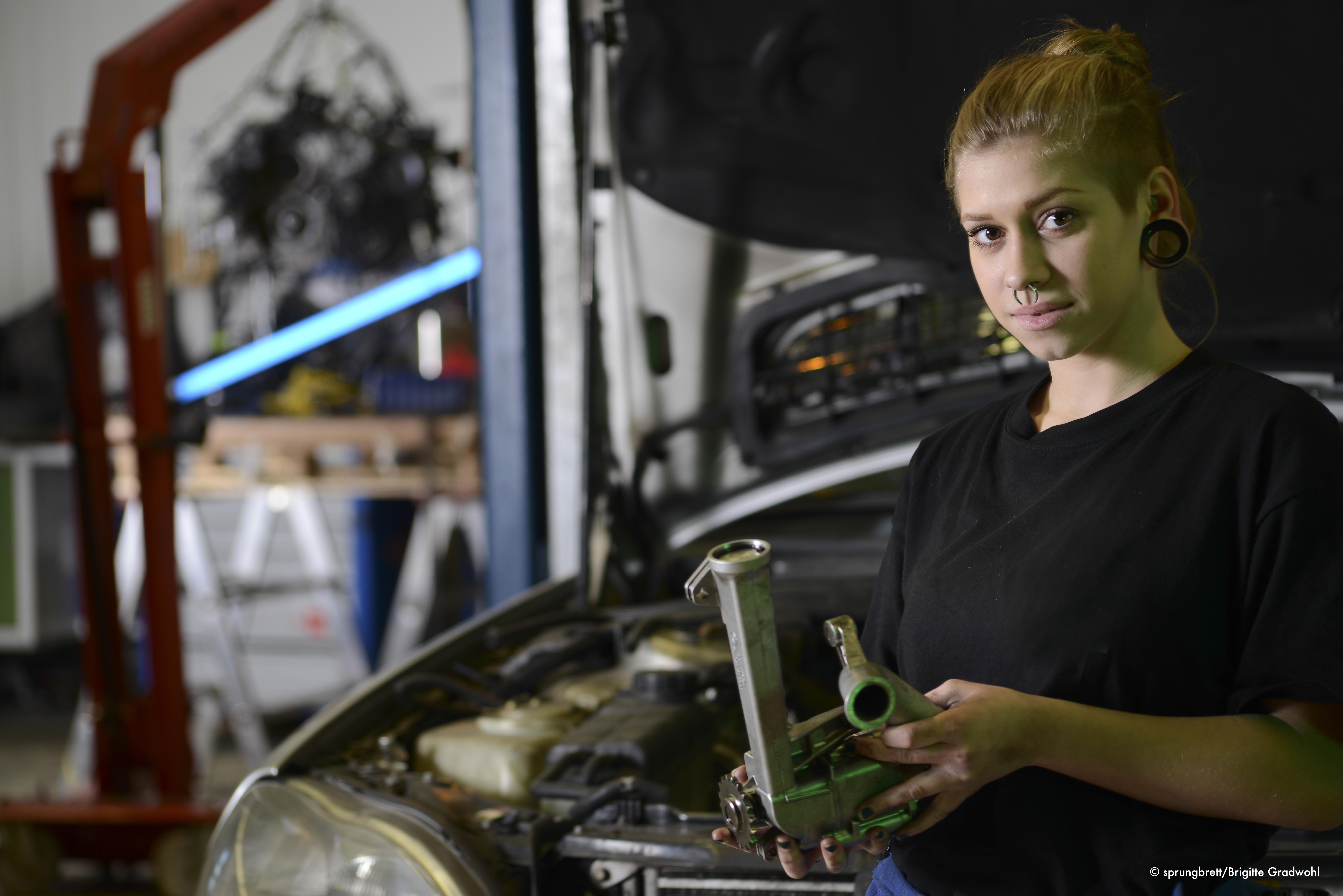 junge Frau in Handwerk & Technik