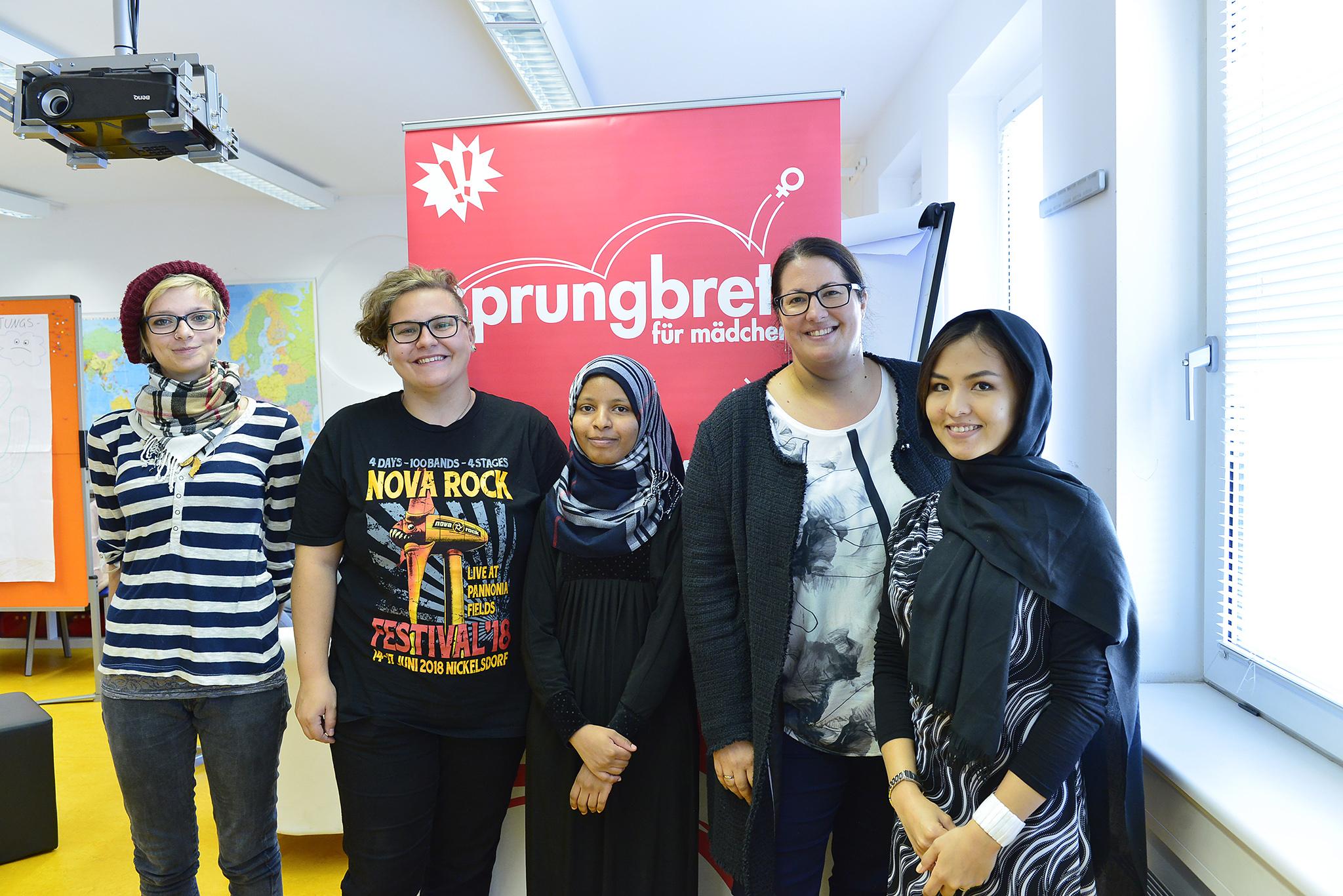 StRin Kathrin Gaal besucht den Verein sprungbrett für Mädchen. StRin Kathrin Gaal mit Mädchen.