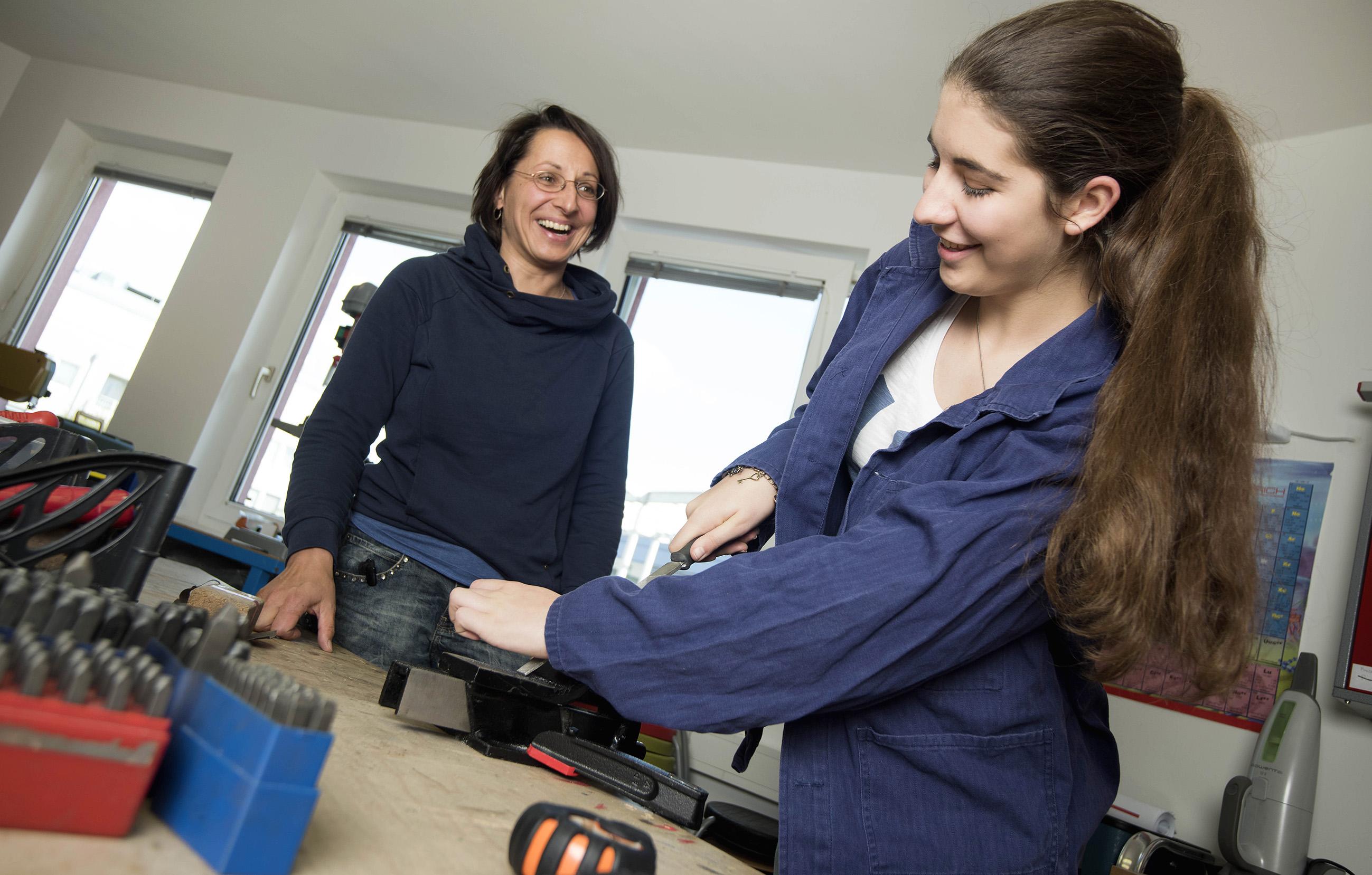 Mädchen un youngFIT Beraterin in der sprungbrett Mädchen-Werkstatt