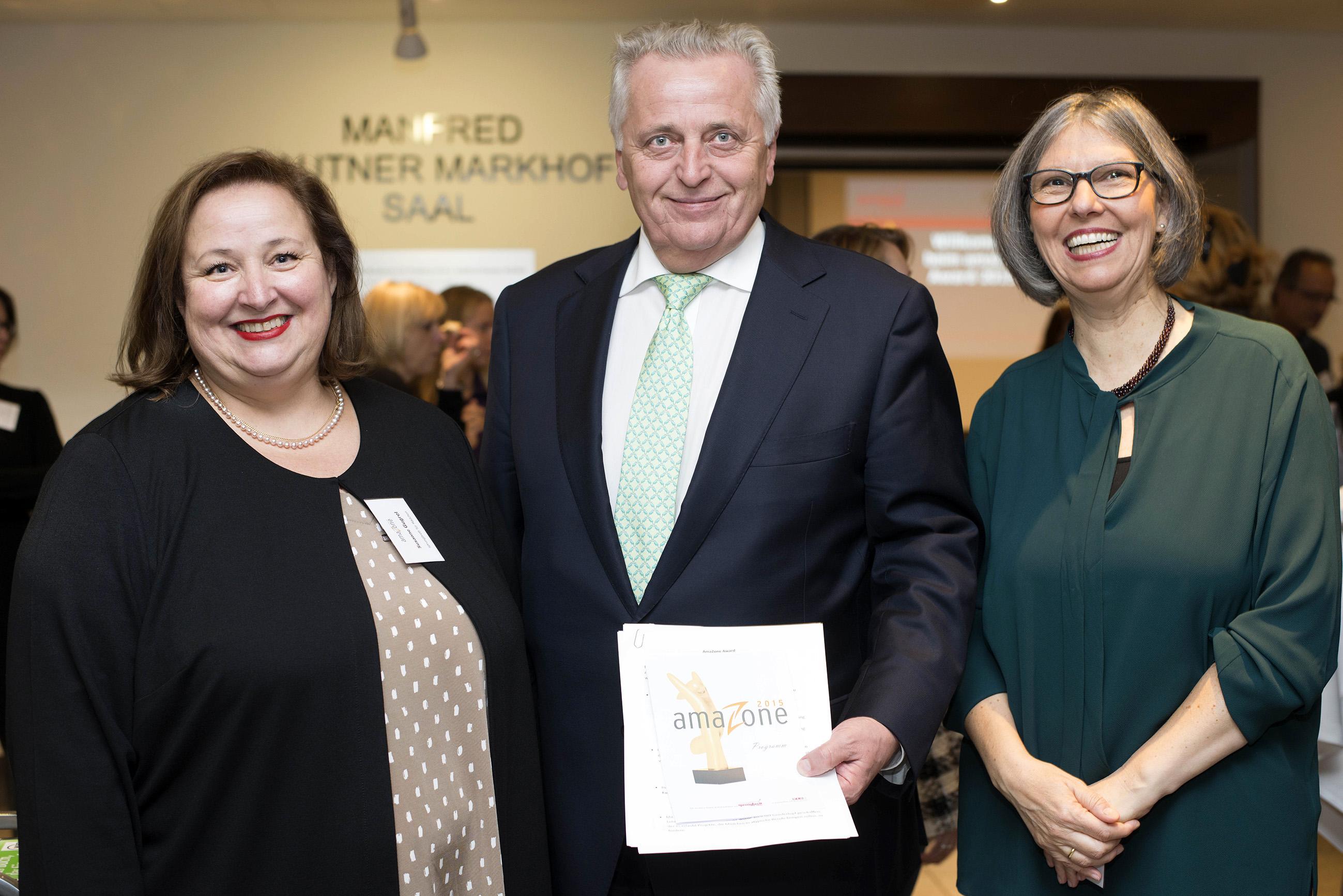Susanne Gugrel, Rudi Hundstorfer und Margarete Bican bei der amaZone-award Verleihung 2015
