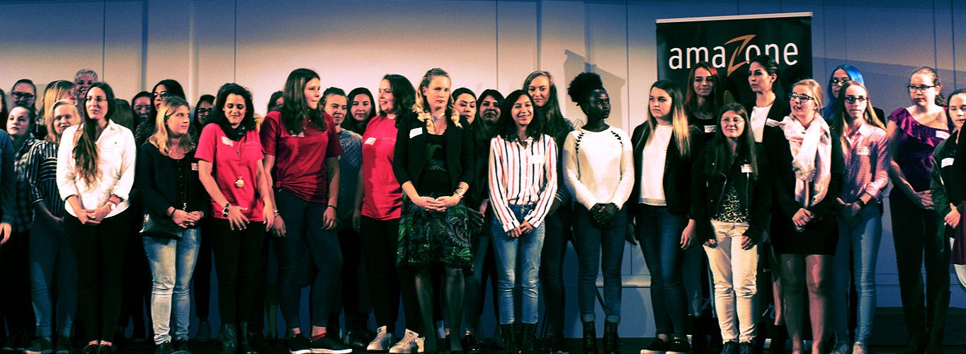 weibliche Lehrlinge bei der Verleihung des amaZone Awards